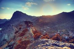 Die Berge und das Dorf bei Sonnenuntergang Blauer Himmel und blanke Hügel Natur Lizenzfreie Stockbilder