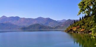 Die Berge und der See - See Skadar lizenzfreies stockfoto