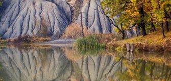 Die Berge und der Teich Lizenzfreie Stockfotos