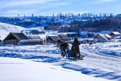 Die Berge und die Kasachehirte steuern automatisch an Lizenzfreie Stockfotografie