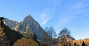 Die Berge visiert die Bahn an stockfotografie