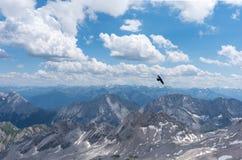 Die Berge von Alpen in Tirol und im Vogel im Flug Stockfotos