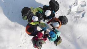 Die Bergsteiger machten Lager auf einem Hügel und standen in einem Kreis nahe der Karte, um die weitere Richtung von zu wählen stock video