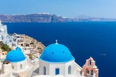Die berühmteste Kirche auf Santorini-Insel, Kreta, Griechenland. Glockenturm und Kuppeln der klassischen orthodoxen griechischen K Lizenzfreies Stockfoto
