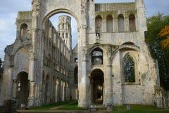Die ?berreste der Portal- und ruinierten W?nde mittelalterlicher Benediktiner Jumieges-Abtei stockbilder