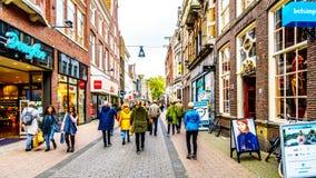 Die beschäftigte Einkaufsstraße nannte Diezerstraat in der Mitte der historischen hanseatic Stadt von Zwolle lizenzfreies stockbild