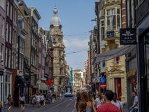 Die beschäftigte Einkaufsstraße von Leidsestraat lizenzfreie stockbilder