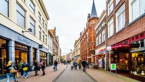 Die besch?ftigte Einkaufsstra?e nannte Diezerstraat in der Mitte der historischen hanseatic Stadt von Zwolle lizenzfreies stockfoto
