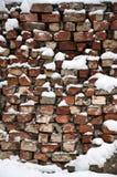 Die Beschaffenheit der alten Backsteinmauer, mit einer starken Schneeschicht nach schwere Schneefälle umfasst Stockbilder