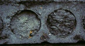 Die Beschaffenheit der alten konkreten Steinplatte mit Sprungsunregelmäßigkeiten und -kreisen Schmutz-Art-Tapete lizenzfreie stockfotografie
