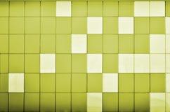 Die Beschaffenheit der Metallwand, gestaltet in Form von farbigen Quadraten von zwei Farben Moderne Wandgestaltung für das Äußere Lizenzfreie Stockbilder