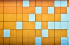 Die Beschaffenheit der Metallwand, gestaltet in Form von farbigen Quadraten von zwei Farben Moderne Wandgestaltung für das Äußere lizenzfreies stockbild