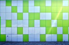 Die Beschaffenheit der Metallwand, gestaltet in Form von farbigen Quadraten von zwei Farben Moderne Wandgestaltung für das Äußere lizenzfreie stockfotos