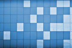 Die Beschaffenheit der Metallwand, gestaltet in Form von farbigen Quadraten von zwei Farben Moderne Wandgestaltung für das Äußere lizenzfreies stockfoto