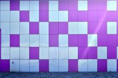 Die Beschaffenheit der Metallwand, gestaltet in Form von farbigen Quadraten von zwei Farben Moderne Wandgestaltung für das Äußere stockfoto