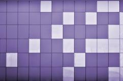 Die Beschaffenheit der Metallwand, gestaltet in Form von farbigen Quadraten von zwei Farben Moderne Wandgestaltung für das Äußere lizenzfreie stockfotografie