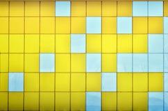 Die Beschaffenheit der Metallwand, gestaltet in Form von farbigen Quadraten von zwei Farben Moderne Wandgestaltung für das Äußere stockbilder
