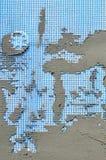 Die Beschaffenheit der Wand, umfasst mit grauen Schaumpolystyrenplatten, umfasst mit einer blauen Verstärkungsmasche und mit eine Stockbilder