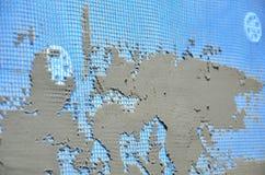 Die Beschaffenheit der Wand, umfasst mit grauen Schaumpolystyrenplatten, umfasst mit einer blauen Verstärkungsmasche und mit eine Lizenzfreies Stockbild