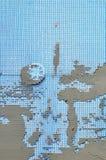 Die Beschaffenheit der Wand, umfasst mit grauen Schaumpolystyrenplatten, umfasst mit einer blauen Verstärkungsmasche und mit eine Stockbild