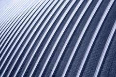 Die Beschaffenheit des blauen Metalls versah Wand mit Rippen Stockfotografie