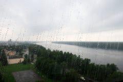 Die Beschaffenheit des Regens auf dem Fenster Lizenzfreie Stockbilder