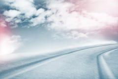 Die Beschaffenheit des Schnees Weiße Schneeflocken auf einem blauen Hintergrund Lizenzfreies Stockfoto