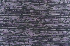 Die Beschaffenheit des schwarzen Gewebes mit violetten horizontalen Noten stockbilder