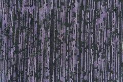 Die Beschaffenheit des schwarzen Gewebes mit violetten vertikalen Noten stockbilder