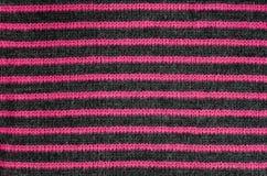Die Beschaffenheit des Wollgewebes in den schwarzen und roten Streifen lizenzfreies stockfoto