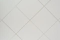 Die Beschaffenheit einer falschen Decke, die aus quadratischen Platten besteht und ein Richtungsprofil der diagonalen Anordnung stockfoto