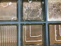 Die Beschaffenheit eines schönen geschnitzten glühenden transparenten quadratischen Glasquadrats der großen dekorativen Fliesen m Lizenzfreies Stockfoto