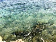 Die Beschaffenheit eines schönen sandigen Steinstrandes, des Landes, des Strandes und des Grünblauwassers, das Meer auf einem tro lizenzfreie stockfotografie