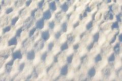 Die Beschaffenheit ist Schnee in den Zellen Schneebedecktes Netz nach einem starken Blizzard Weiße Schneeflocken auf einem blauen Lizenzfreie Stockfotografie