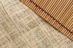 Die Beschaffenheit und das Muster des Segeltuches und des japanischen Mattenhintergrundes Stockfotografie