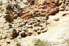 Die Beschaffenheit von alten Steinen und von Ziegelsteinen zusammen mit Zement Stockfoto