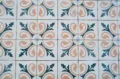 Die Beschaffenheit von quadratischen Keramikfliesen mit Mustern von den traditionellen arabischen Verzierungen und von den Blumen lizenzfreies stockbild