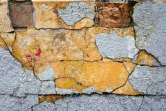 Die Beschaffenheit von Ziegelsteinen und von Gipsen, verfallen und zerstört lizenzfreies stockfoto
