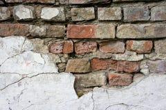 Die Beschaffenheit von Ziegelsteinen und von Gipsen, verfallen und zerstört stockfoto