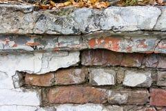 Die Beschaffenheit von Ziegelsteinen und von Gipsen, verfallen und zerstört stockfotos