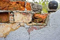 Die Beschaffenheit von Ziegelsteinen und von Gipsen, verfallen und zerstört lizenzfreie stockbilder