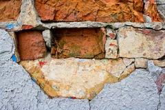 Die Beschaffenheit von Ziegelsteinen und von Gipsen, verfallen und zerstört stockfotografie