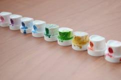 Die beschmutzten mehrfarbigen Düsen vom Farbensprüher werden auf einem Holztisch ausgerichtet Straßenkunstkonzept lizenzfreie stockfotos