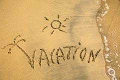Die Beschreibung auf dem Sand mit Brandung Ferien Lizenzfreie Stockbilder