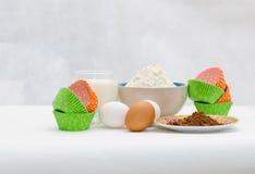Die Bestandteile für backenden kleinen Kuchen Stockfotos