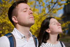 Die besten Freunde Mann und Frau aalen sich in der Sonne Stockfoto