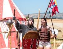 Die Besucher adeln Festival gekleidet in der Rüstung eines mittelalterlichen Kriegers, der für Fotografen in Goren-Park in Israel Stockfotos