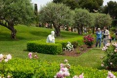 Die Besucher, die unter den Rosen in Cervantes gehen, parken Stockfoto