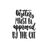 Die Besucher müssen durch die Katze anerkannt werden - Hand gezeichnetes tanzendes Beschriftungszitat lokalisiert worden auf dem  Lizenzfreies Stockbild