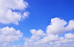 Die beträchtlichen Wolken des blauen Himmels Lizenzfreie Stockbilder